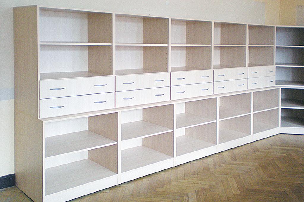 Regalwand mit Schubladenreihe und spezieller Inneneinteilung