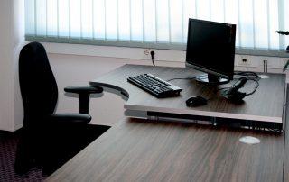 Schreibtisch mit elektrisch höhenverstellbarem Ansatz