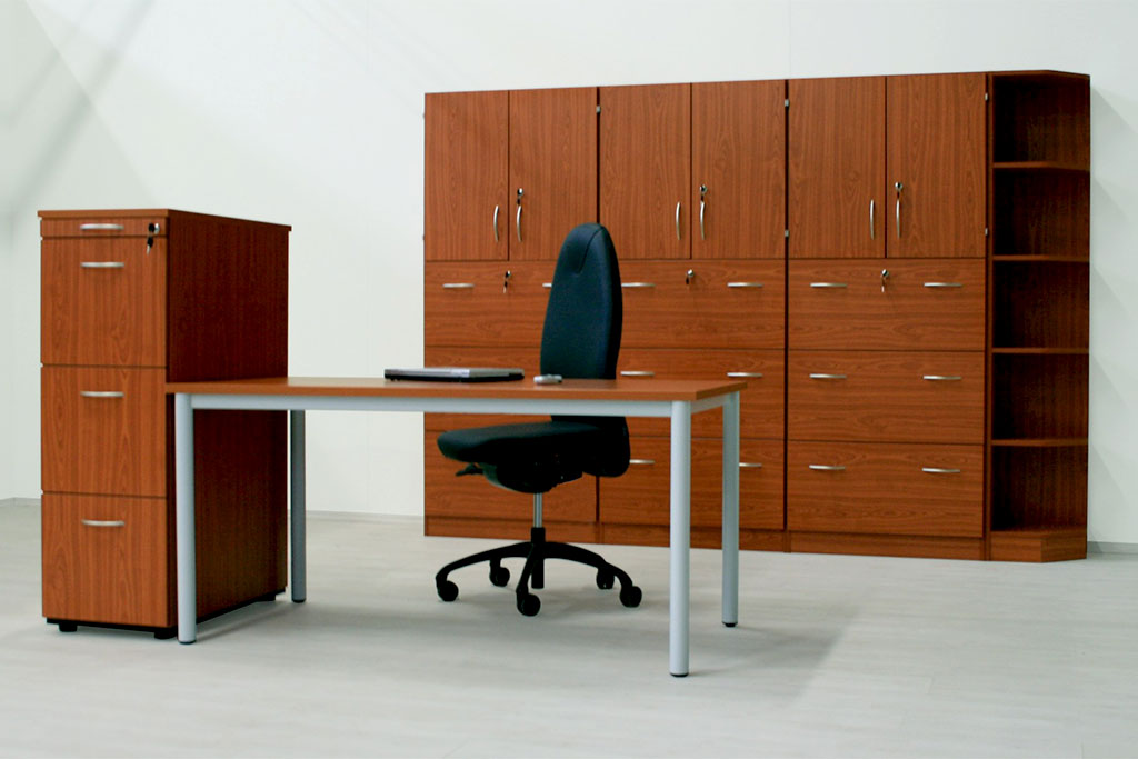 Braune Schrankwand mit passender Büroeinrichtung von Interhansa