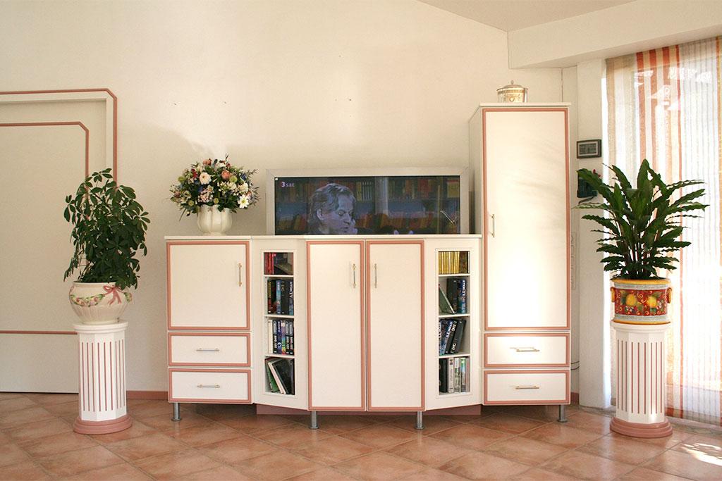 Fernsehschrank mit Hubeinrichtung nach Kundenwunsch