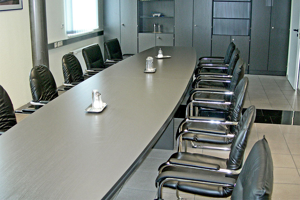 Konferenztischanlage mit ovaler Sandwichtischplatte und Schrankkombination