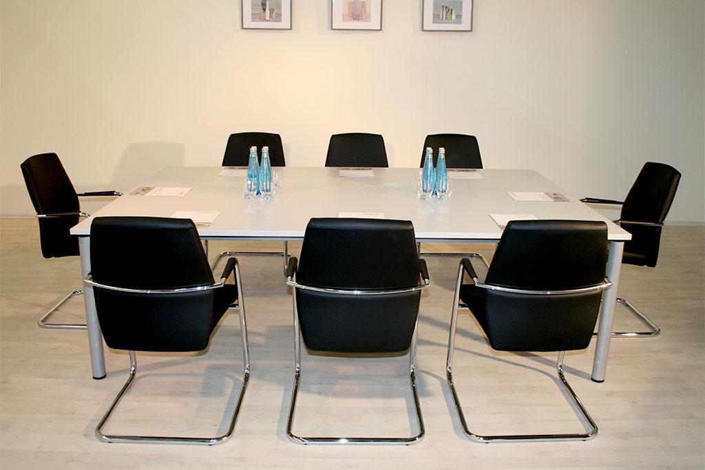 Konferenztisch für 8 Personen, Rechteck-Tischplatte auf Zargengestell
