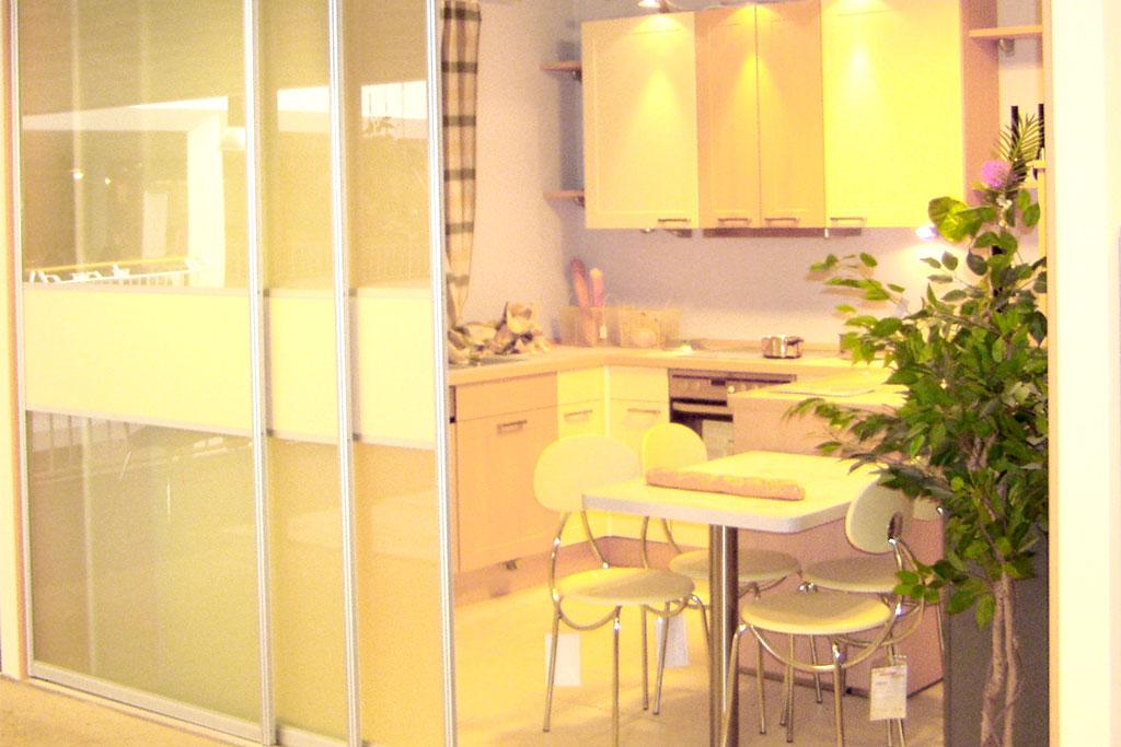 Raumtrennung einer Küche mit Gleittürfront