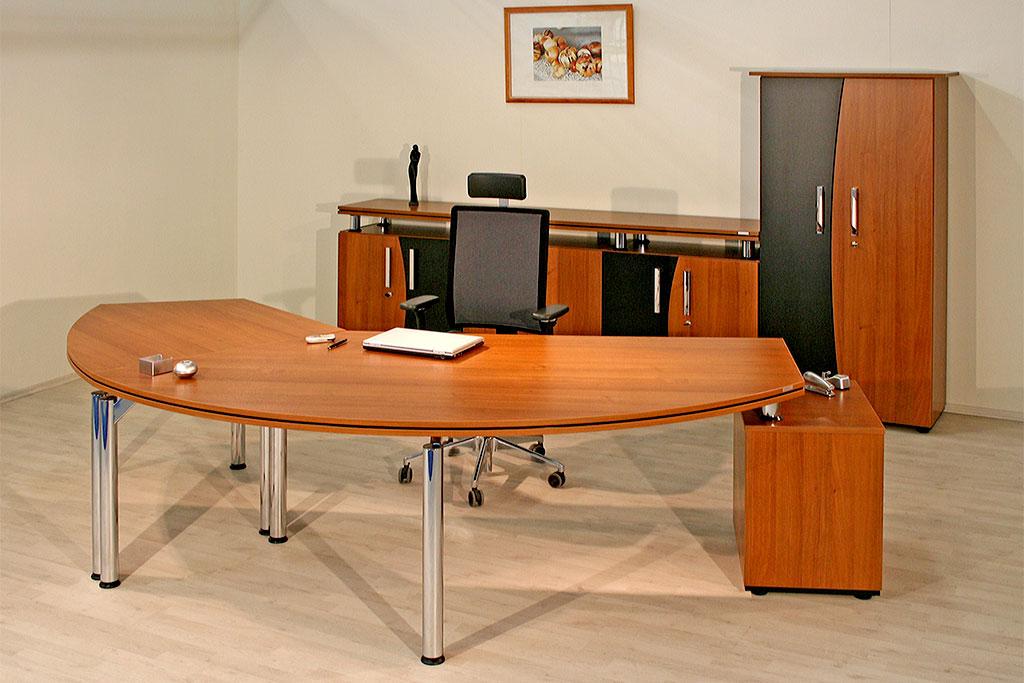 Chefschreibtisch mit schwebender Tischplatte und Schrankkombination