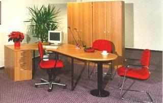 Arbeitszimmer mit Schreibtisch und Besprechungsansatz