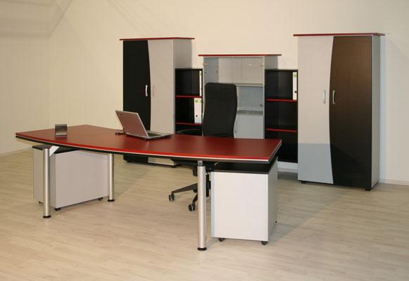 Chefarbeitsplatz mit freischwebender Tischplatte und interessanter Schrankkombination