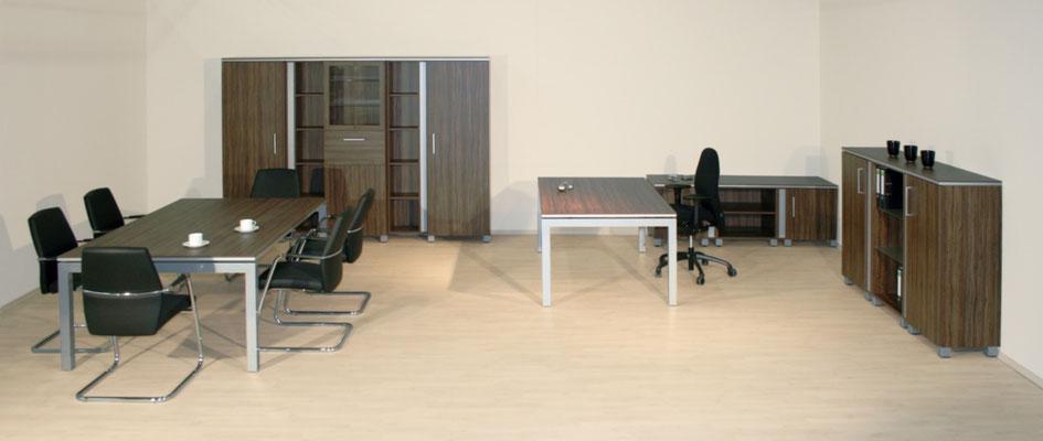 Moderne Chefplatzanlage mit Besprechungsteil und Schrankeinheiten