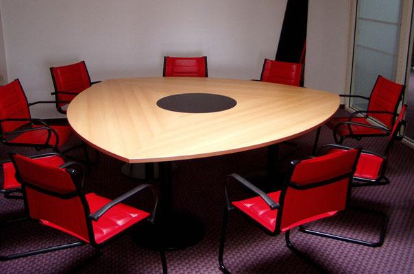 Konferenztischanlage oval auf Zargengestell