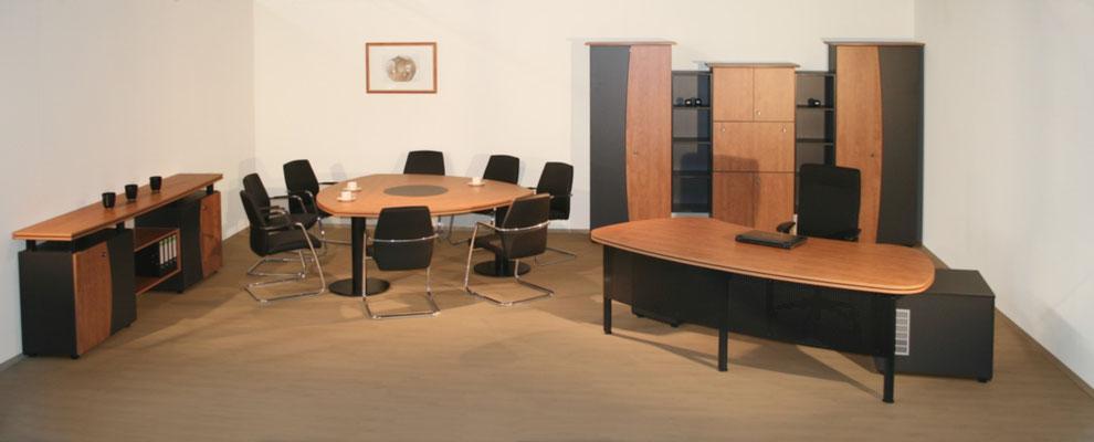 Komplettes Chefbüro mit Schreibtisch, Besprechungstisch, Sideboard und Schrankanlage