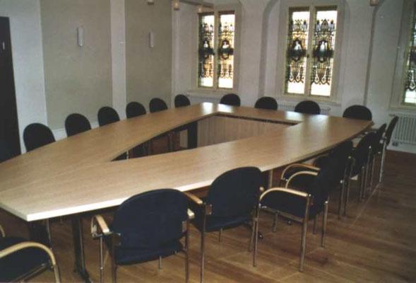 Konferenztischanlage in V-Form mit Kopfbestuhlung