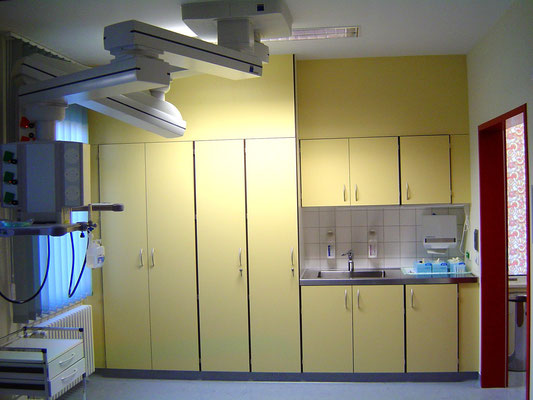 Spezielle Schrankwand einer Röntgenpraxis