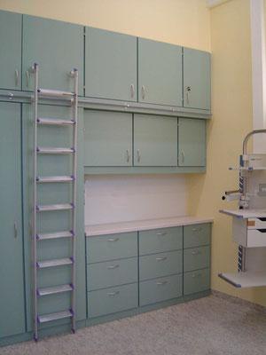 Stauraumschrank mit Leiter in einer Klinik