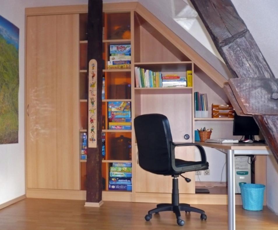 Schrankeinheit in einer Dachschräge - mit angesetzter Schreibplatte (Stützpfeiler in Raummitte)
