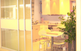 Raumteilung einer Küche mit Gleittürfront