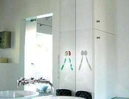 Badeinbauschrank mit Flachstrecke und Glasabdeckung