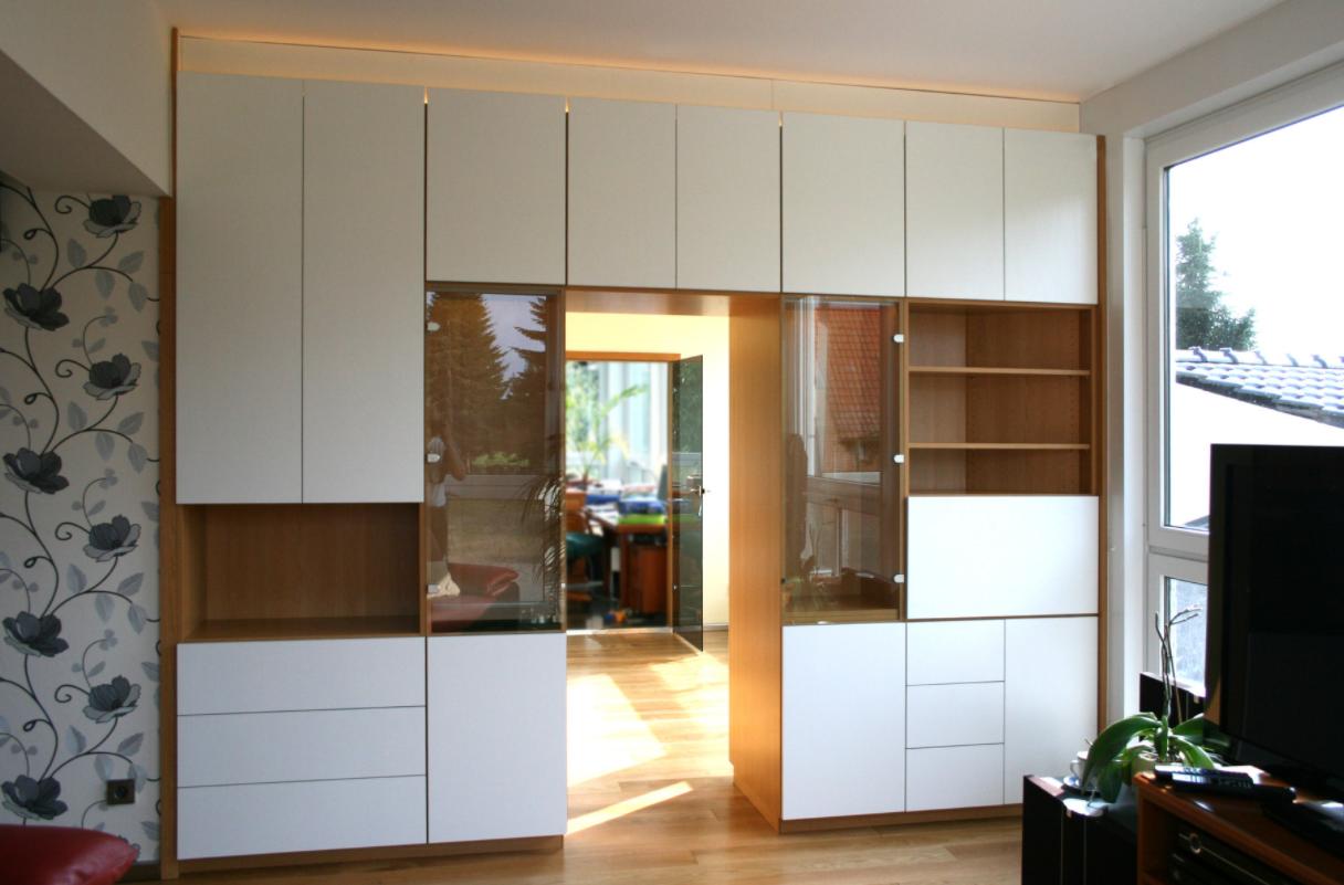 Wohnzimmerwand mit Barfach und Glasvitrine nach Kundenwunsch