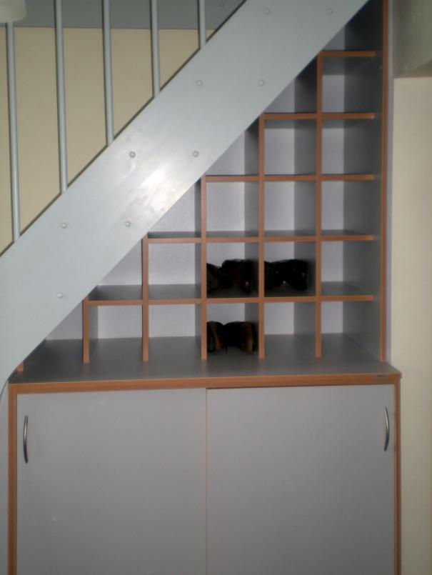 Schrank und Schuhregal unter einer Treppe